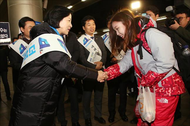 추미애 더불어민주당 대표가 14일 서울역에서 KTX에 탑승하려는 2018 평창 동계올림픽 자원봉사자와 인사를 나누고 있다. ⓒ데일리안 홍금표 기자