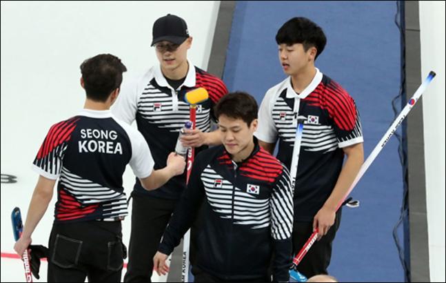 남자컬링 대표팀이 14일 오전 강원도 강릉시 컬링센터에서 열린 2018평창동계올림픽 컬링 남자 예선 1차전에서 미국에 7-11로 아쉽게 패배한 뒤 서로를 격려하고 있다. ⓒ 연합뉴스