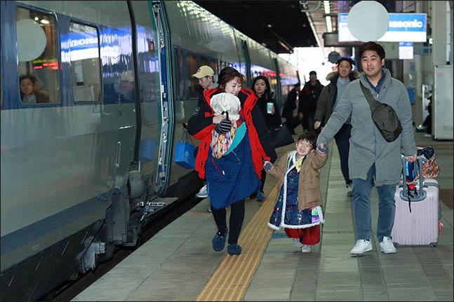 설 연휴를 하루 앞둔 14일 오전 서울 용산구 용산역 승강장에서 한 가족이 고향으로 향하는 KTX에 탑승하기 위해 걸어가고 있다. ⓒ데일리안 류영주 기자