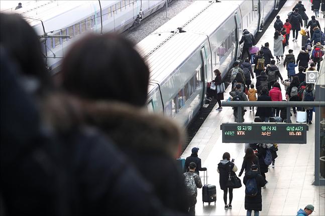 설 연휴가 하루 앞으로 다가온 14일 서울역에서 귀성길에 나선 시민들이 고향으로 향하는 열차를 타기 위해 이동하고 있다. ⓒ데일리안 홍금표 기자