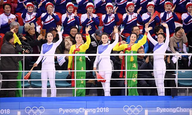 14일 강원도 강릉 관동하키센터에서 열린 2018 평창 동계올림픽 여자 아이스하키 남북단일팀과 일본의 경기에서 북한 응원단이 응원을 하고 있다. ⓒ2018평창사진공동취재단
