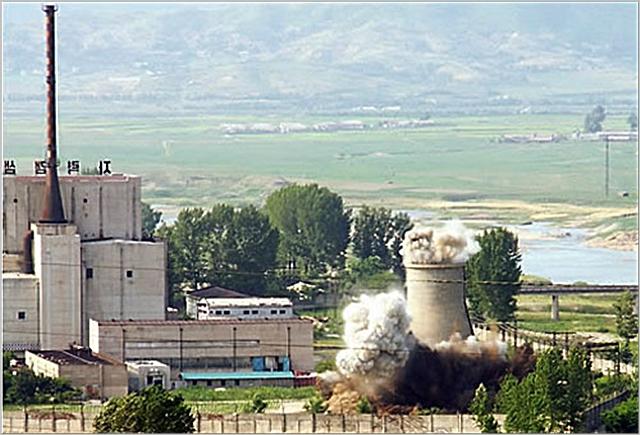 북한이 2008년 6월 27일 비핵화 의지를 과시하기 위해 영변 핵시설의 냉각탑을 폭파시키고 있다. ⓒ연합뉴스