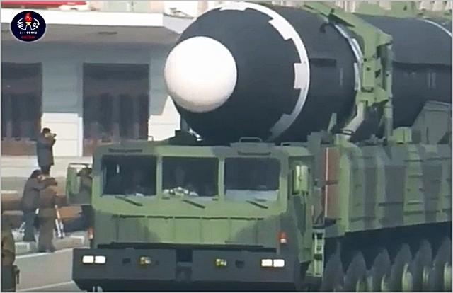 북한이 지난 8일 건군절 70주년 열병식을 진행한 가운데 대륙간탄도미사일(ICBM)급 '화성-15'를 선보이고 있다. ⓒ조선중앙TV 캡처