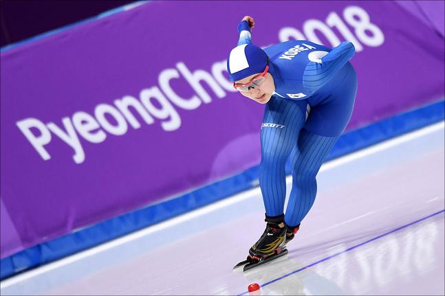 14일 강릉 스피드 스케이팅 경기장에서 열린 2018 평창 동계올림픽 스피드스케이팅 여자 1000m 경기에 출전한 박승희가 빙상을 가르며 질주하고 있다.
