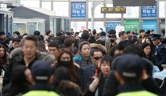 지난 14일 오후 서울역이 설 연휴 귀성길에 나선 시민들로 붐비고 있다. (자료사진) ⓒ데일리안 홍금표 기자
