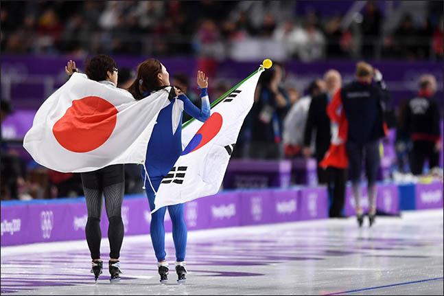 18일 오후 강릉 스피드 스케이팅장에서 열린 2018 평창동계올림픽 여자 스피드 스케이팅 500m 경기에 출전한 한국 이상화가 은메달을 확정지은 후 금메달을 획득한 일본 고다이라 나오와 관중들에게 인사하고 있다. ⓒ2018평창사진공동취재단