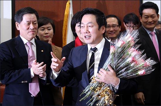 ´BBK 의혹´과 관련된 허위사실을 유포 혐의로 징역 1년의 판결이 확정된 정봉주 전 민주당 의원이 입감을 앞둔 2011년 12월 26일 국회에서 열린 민주통합당 최고위원회의에 참석해 지도부로부터 격려의 의미로 장미꽃을 받고 있다. ⓒ데일리안 박항구 기자