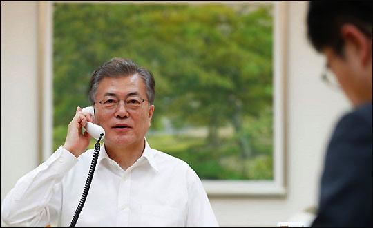 문재인 대통령이 지난 1일 도널드 트럼프 미국 대통령과 정상 간 전화통화를 하고 있다.ⓒ청와대