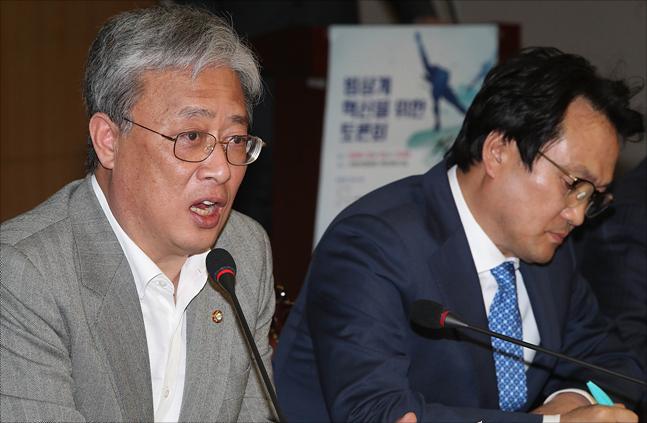 국회 교문위원장인 유성엽 민주평화당 의원이 13일 국회 의원회관에서 열린