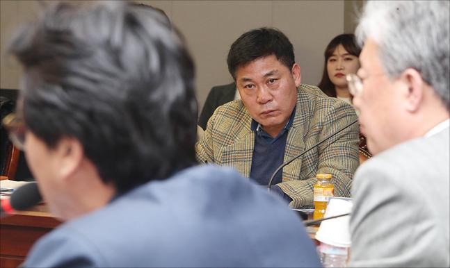 윤희중 대한빙상연맹 경기이사가 13일 국회 의원회관에서 열린