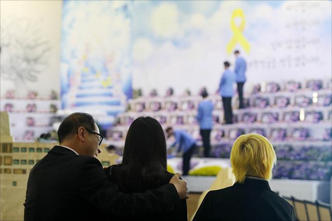 4.16 세월호 참사 4주기인 16일 경기 안산시 단원구 정부합동분향소에서