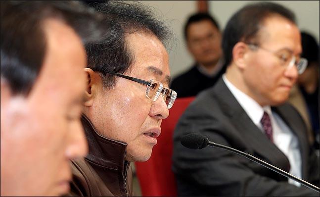 홍준표 자유한국당 대표가 16일 오전 서울 여의도 당사에서 열린 6.13 지방선거 정치공작 진상조사위원회 전체회의에서 민주당의