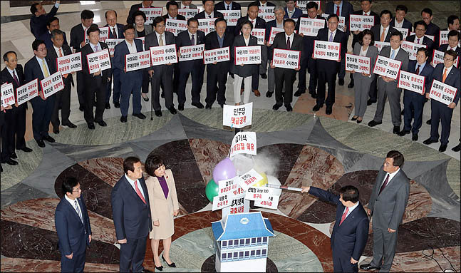 김성태 자유한국당 원내대표를 비롯한 의원들이 16일 오후 국회 로텐더홀에서 의원총회에 앞서