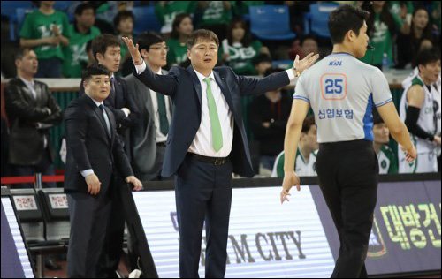 KBL은 이상범 감독의 항의에 미숙하게 대처한 심판에게 징계를 내렸다. ⓒ 연합뉴스
