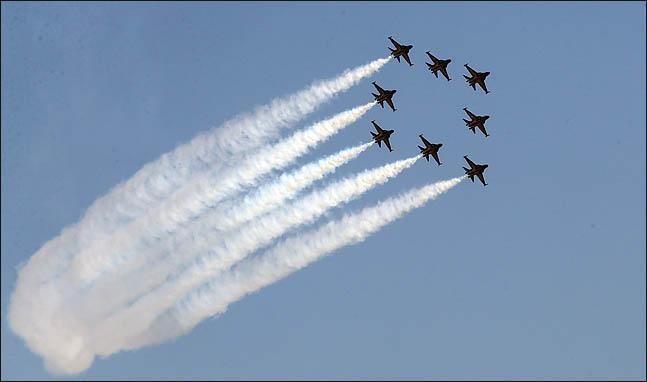 대한민국 공군 특수비행팀 블랙이글스가 17일 서울 여의도 국회 상공을 비행하고 있다 이번 비행은 21일 태권도