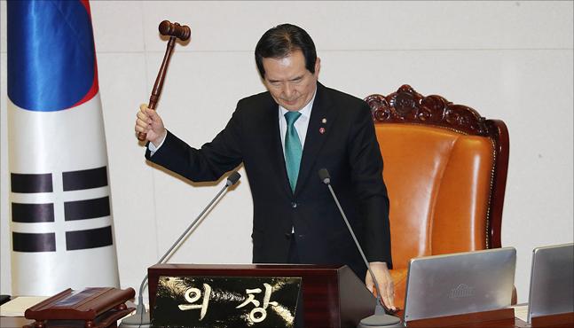정세균 국회의장이 3월 30일 국회에서 열린 국회 본회의에서 의사봉을 두드리고 있다. ⓒ데일리안 홍금표 기자