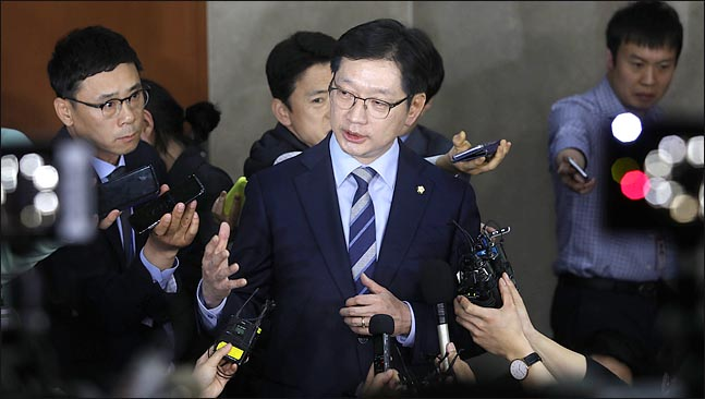 김경수 더불어민주당 의원이 지난 19일 오후 국회 정론관에서 경남도지사 출마를 공식 선언한 뒤 기자들의 질문에 답변하고 있다. ⓒ데일리안 박항구 기자