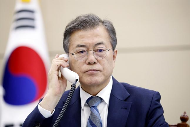 문재인 대통령이 24일 오후 청와대 대통령 집무실에서 아베 일본 총리와 전화통화를 하고 있다. ⓒ청와대