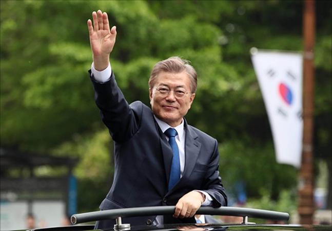 대한민국 제19대 대통령으로 당선된 문재인 대통령이 지난해 5월10일 오후 서울 여의도 국회 로텐더홀에서 취임식을 마친 후 국회대로를 지나며 국민들에게 인사를 하고 있다.(자료사진) ⓒ국회사진취재단