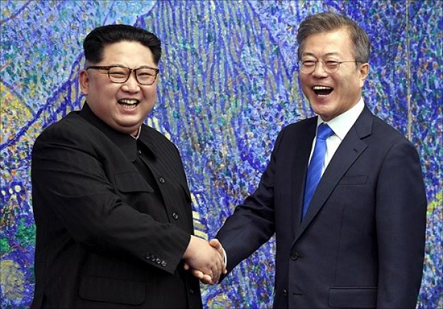 남북정상회담이 열린 지난달 27일 판문점에서 문재인 대통령과 김정은 북한 국무위원장이 악수하고 있다. ⓒ한국공동사진기자단