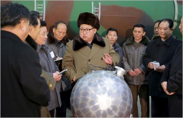 김정은 북한 국무위원장이 2016년 핵탄두 기폭장치로 추정되는 물체를 살피며 기술자들을 지도하고 있다. ⓒ조선중앙통신