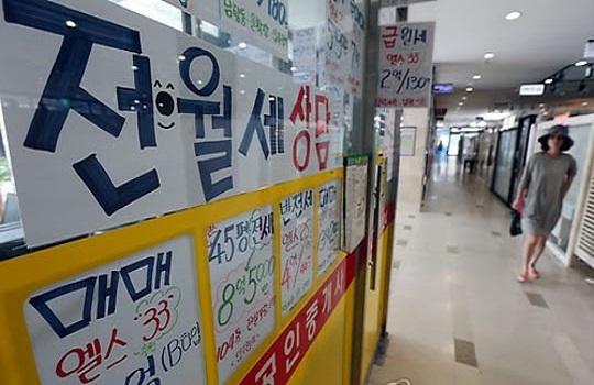 전세시장에서 갭투자 매물 증가와 전세수요 감소 등으로 매물이 쌓이면서 전세가격 하락세가 수치적으로 나타나고 있다. 서울의 한 공인중개업소 전경.ⓒ데일리안