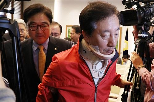 폭행을 당한 후 목에 보호대를 착용한 김성태 자유한국당 원내대표가