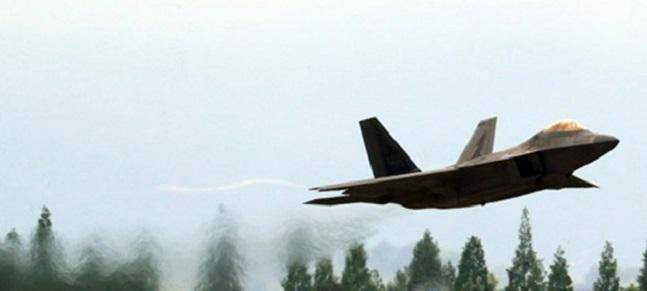 한미 연합공중훈련 맥스선더에 참가하기 위해 한국을 찾은 미국 스텔스 전투기 F-22 랩터가 지난 5월 2일 광주 공군 제1전투비행단 활주로를 이륙하고 있다. ⓒ연합뉴스