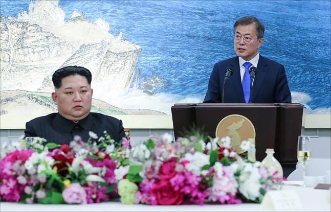 """북한이 16일 북미정상회담 개최에 응할지 여부를 """"재고려하겠다""""고 밝혔다. 이날 새벽 한미연합공중훈련인"""
