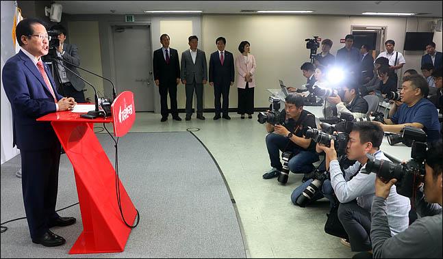 홍준표 자유한국당  대표가 17일 서울 여의도 당사에서 미북정상회담과 관련한 공개서한을 발표하고 있다. ⓒ데일리안 박항구 기자