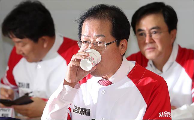 홍준표 자유한국당 대표가 15일 서울 여의도 당사에서 열린 6·13 지방선거 일자리! 설자리! 살자리! 선거대책위원회 발대식에서 물을 마시고 있다. ⓒ데일리안 박항구 기자