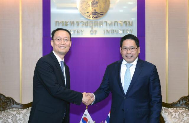 백운규 산업통상자원부 장관(왼쪽)이 17일(현지시각) 태국 방콕 산업부 회의실에서 우따마 사와나야나 태국 산업부 장관과