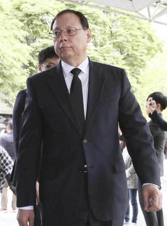 조성진 LG전자 부회장이 21일 오후 서울 종로구 연거동 서울대병원 장례식장에 마련된 고 구본무 LG그룹 회장의 빈소에 들어서고 있다.ⓒ연합뉴스