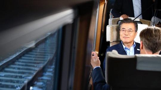 4.27 남북정상회담 개최 등으로 급등했던 문재인 대통령의 국정지지율이 서서히 빠지며 안정되고 있다. (자료사진) ⓒ청와대