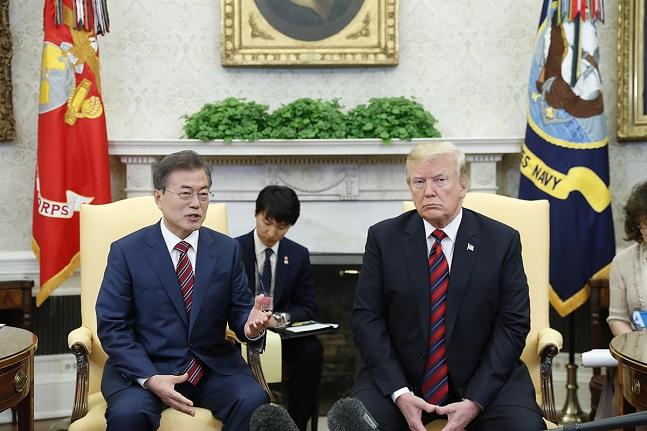 문재인 대통령과 도널드 트럼프 미국 대통령이 22일(현지시각) 미국 워싱턴 백악관에서 단독정상회담을 하고 있다.ⓒ청와대