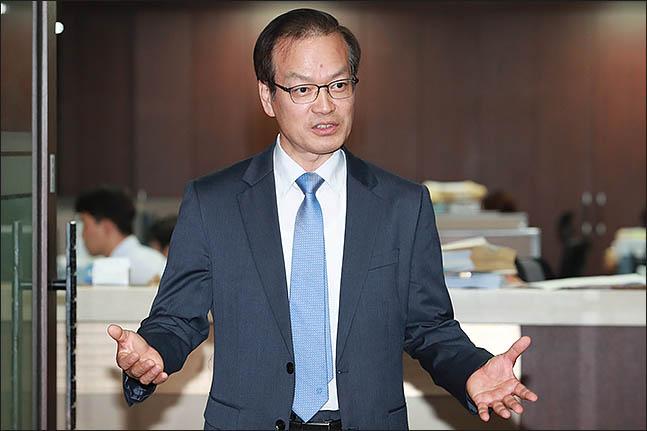 '드루킹 댓글 조작 사건'을 수사할 허익범 특별검사가 11일 오후 서울 서초구 법무법인 산경에서 취재진과 인터뷰를 하고 있다. ⓒ데일리안 류영주 기자