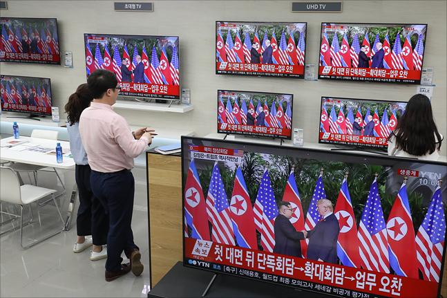 북미정상회담이 열린 12일 서울 용산구 전자랜드에서 김정은 북한 국무위원장과 도널드 트럼프 미국 대통령의 북미정상회담이 텔레비전으로 생중계되고 있다. ⓒ데일리안 홍금표 기자