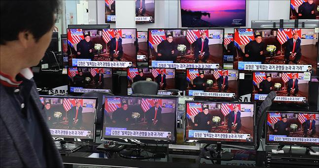 북미정상회담이 열린 12일 서울 용산구 전자랜드에서 김정은 북한 국무위원장과 도널드 트럼프 미국 대통령의 북미정상회담이 텔레비전을 통해 중계되고 있다. ⓒ데일리안 홍금표 기자