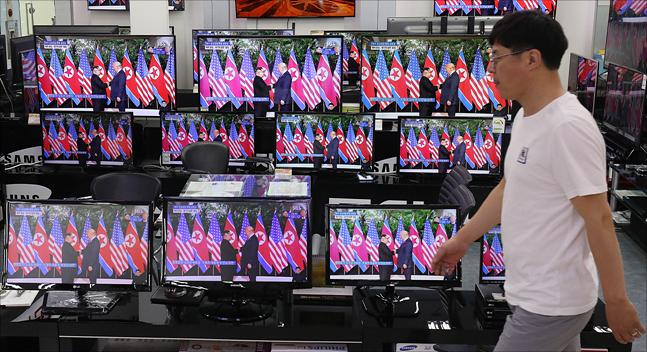 북미정상회담이 열린 12일 서울 용산구 전자랜드에서 김정은 북한 국무위원장과 도널드 트럼프 미국 대통령의 북미정상회담이 텔레비전으로 중계되고 있다. ⓒ데일리안 홍금표 기자