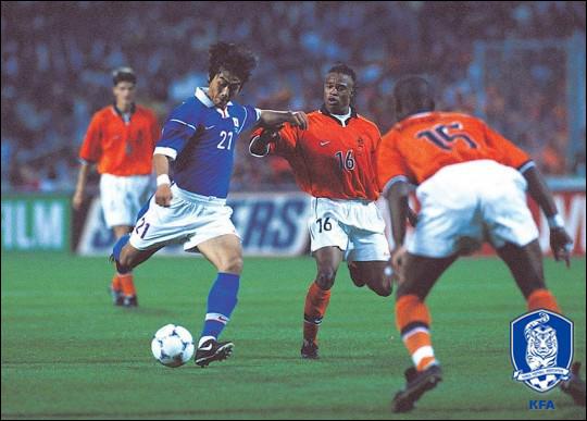 막내로 출전한 1998년 프랑스 월드컵 당시 강렬한 슈팅 한 방으로 존재감을 과시했던 이동국. ⓒ 대한축구협회
