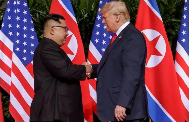 도널드 트럼프(오른쪽) 미국 대통령과 김정은 북한 국무위원장이 12일 싱가포르 카펠라 호텔에서 북미정상회담을 진행하고 있다. ⓒ비즈니스인사이더