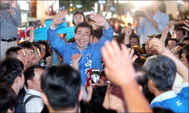 박원순 더불어민주당 서울시장 후보가 6,13 지방선거 공식선거운동의 마지막 날인 12일 오후 서울 명동 거리에서 열린 집중유세에서 시민들에게 손을 들어 인사하고 있다. ⓒ데일리안 박항구 기자