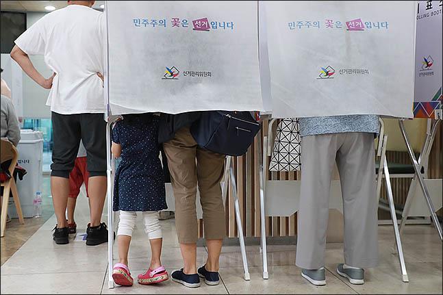 6.13 전국동시지방선거일인 13일 오전 서울 서초구 방배4동 주민센터에 마련된 투표소에서 한 아이가 엄마의 투표를 지켜보고 있다. ⓒ데일리안 류영주 기자