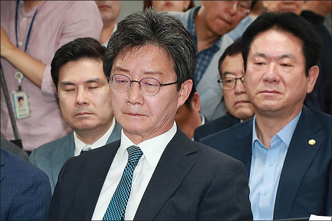 유승민 바른미래당 공동대표가 13일 오후 서울 여의도 당사에 마련된 6.13지방선거 개표상황실에서 방송사 출구조사 결과를 심각한 표정으로 지켜보고 있다.ⓒ데일리안 류영주 기자