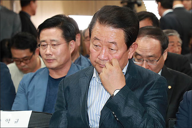 박주선 공동대표가 13일 오후 서울 여의도 당사에 마련된 6.13지방선거 개표상황실에서 방송사 출구조사 결과를 심각한 표정으로 지켜보고 있다. ⓒ데일리안 류영주 기자