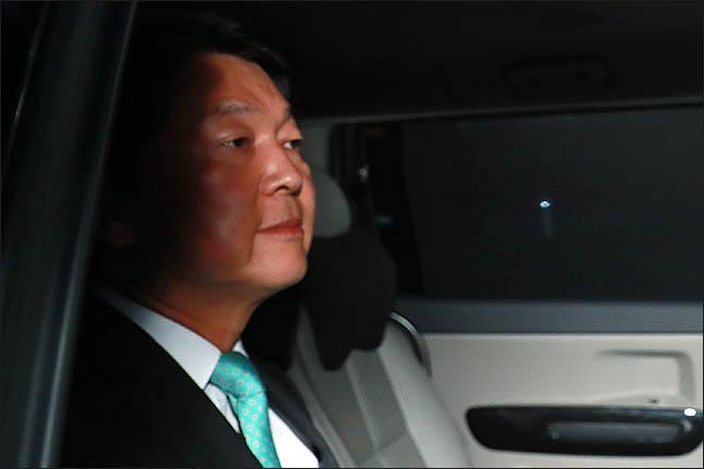 안철수 바른미래당 서울시장 후보가 13일 오후 서울 여의도 당사에서 6·13 지방선거 방송사 출구조사 결과에 대한 입장을 발표 후 당사를 빠져나가고 있다. ⓒ데일리안 류영주 기자