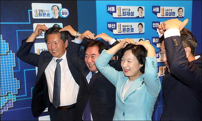 추미애 더불어민주당 대표가 13일 오후 서울 여의도 국회 의원회관에 마련된 개표상황실에서 당선이 확실시 된 후보들의 이름표 옆에 스티커를 붙인뒤 국민들에게 감사의 하트를 보내고 있다. ⓒ데일리안 박항구 기자