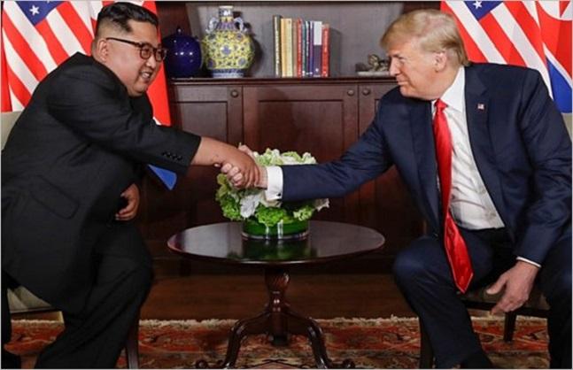 도널드 트럼프 미국 대통령과 김정은 북한 국무위원장이 지난 12일 싱가포르 카펠라 호텔에서 역사적인 첫 북미정상회담에 앞서 악수를 하고 있다. ⓒ폭스뉴스