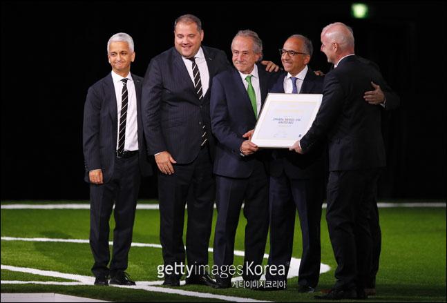 13일(한국시각) 러시아 모스크바 엑스포센터에서 제68차 FIFA 총회에서 2026년 월드컵 개최지로 결정된 북중미 3개국 연합 대표단이 잔니 인판티노(맨오른쪽) 회장과 함께 기념사진을 찍고 있다. ⓒ 게티이미지