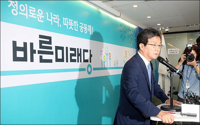 유승민 바른미래당 공동대표가 14일 오전 서울 여의도 바른정당 당사에서 지방선거 패배의 책임을 지고 대표직 사퇴를 밝히고 있다. ⓒ데일리안 박항구 기자